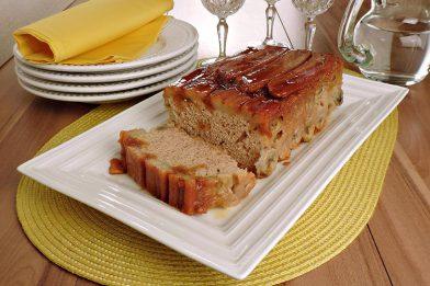 Delicioso bolo de banana caramelada fácil de liquidificador