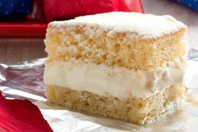 Delicioso bolo gelado com mousse de leite ninho