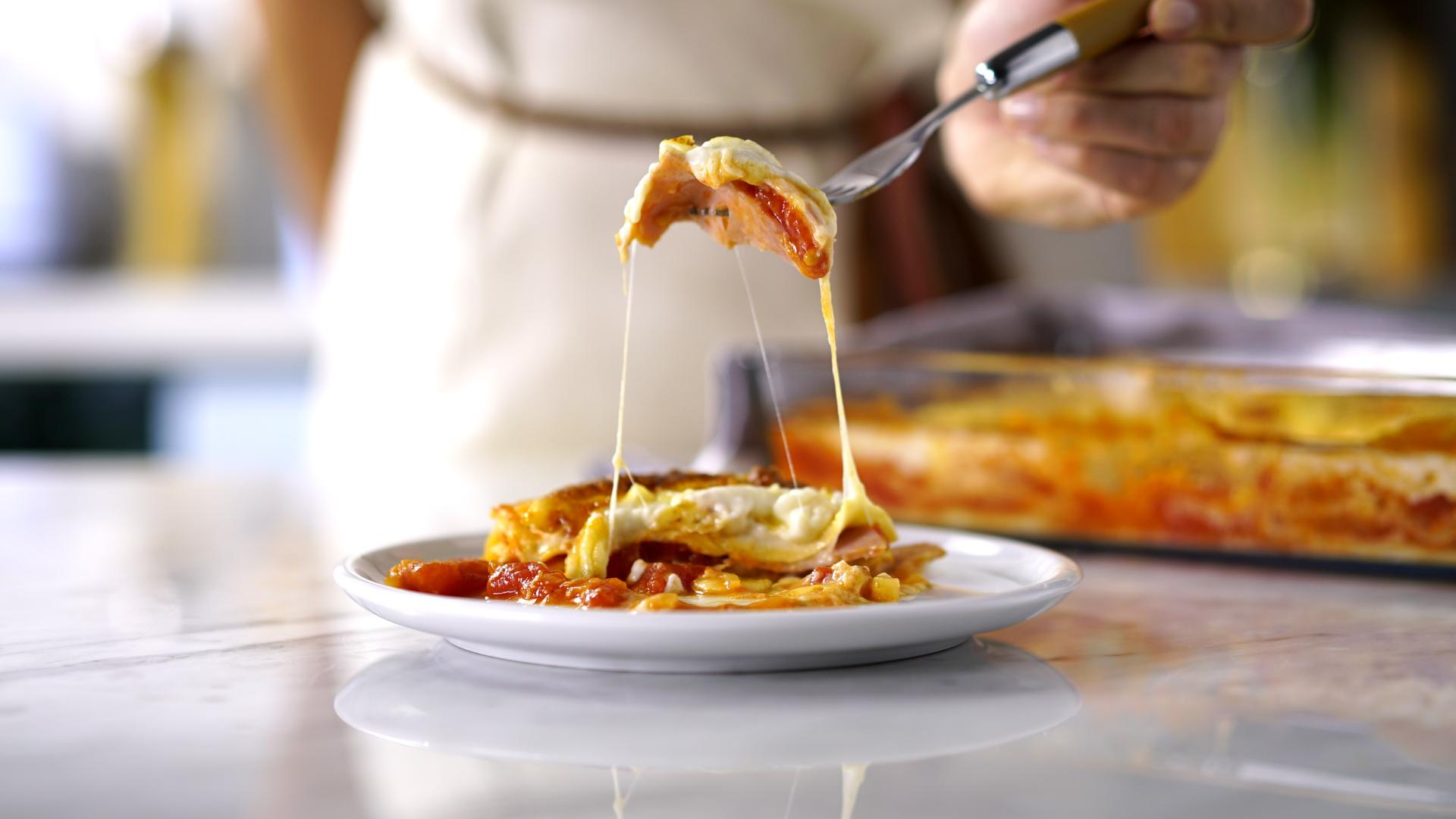 lasanha de presunto e queijo com molho vermelho