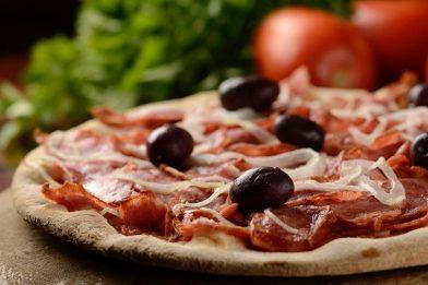 Pizza de calabresa muito simples