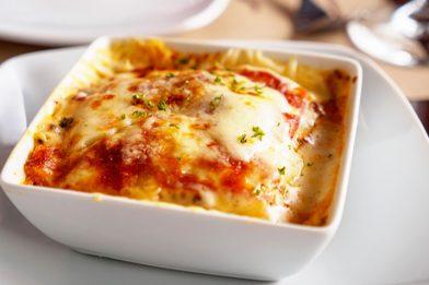 Deliciosa lasanha de presunto e queijo com molho vermelho