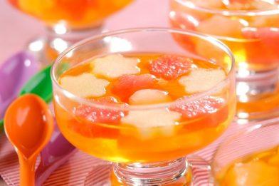 Sobremesa deliciosa de gelatina com frutas
