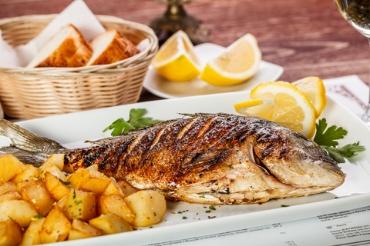 Peixe assado delicioso e super fácil