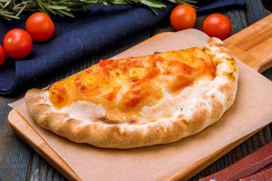 Simples e prático calzone de queijo e presunto