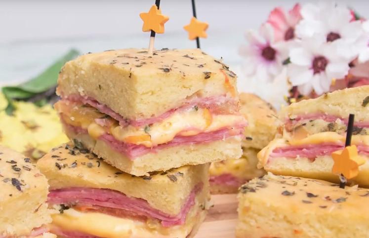 sanduíche de pão de forma no forno