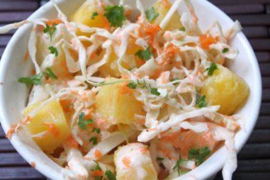Salada de repolho com abacaxi e maionese refrescante