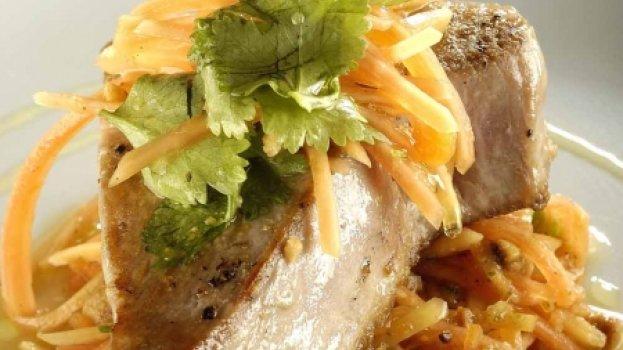 atum branco com salada de papaia verde