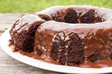 Bolo de chocolate simples e clássico