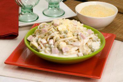 Deliciosa massa de bucatini com presunto e ervilha