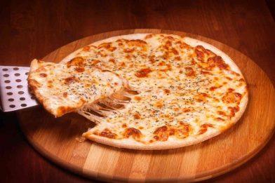 Pizza caseira com dois queijos simples