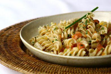 Salada de macarrão caseira e fácil