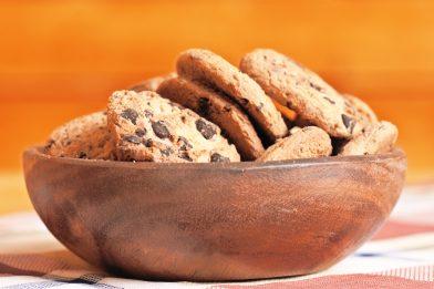 Simples cookies de aveia e gotas de chocolate