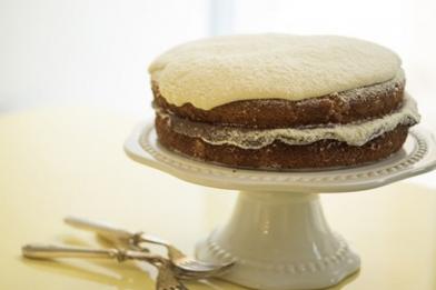 Simples bolo de chocolate com recheio de leite ninho
