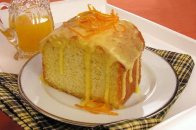 Delicioso bolo de laranja com cobertura