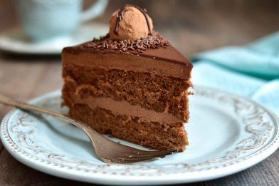 Delicioso bolo trufado de chocolate passo a passo