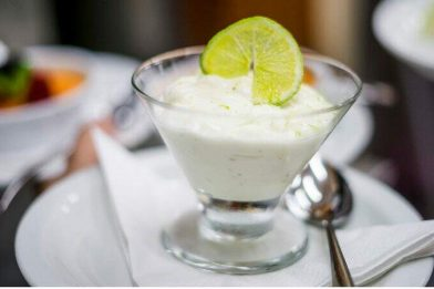 Sobremesa simples de mousse de limão