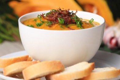 Delicioso caldo de abóbora com carne seca